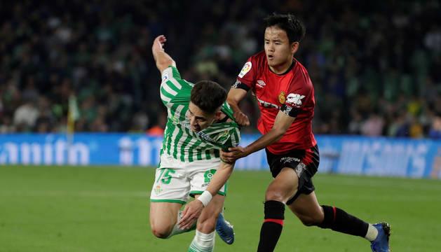 Kubo y Alex Moreno disputan un balón en el partido que enfrentó a Betis y Mallorca.