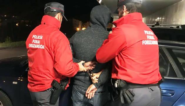 El arrestado por la Policía Foral en Tudela es también el presunto autor de un robo con violencia de un móvil en diciembre.