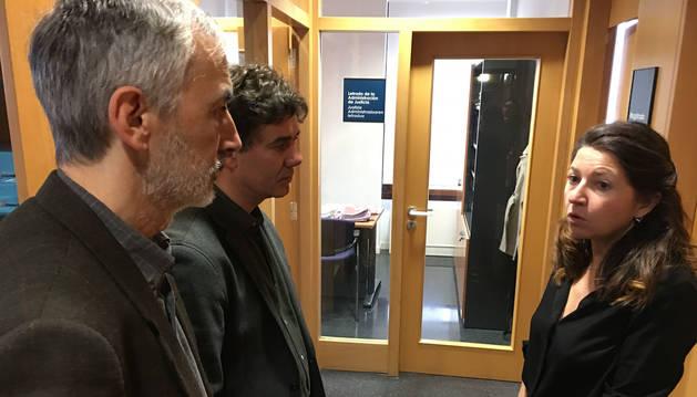 Foto del consejero Eduardo Santos y el director general de Justicia, Rafael Sainz de Rozas, junto la decana de los Juzgados de Aoiz, María Boado.
