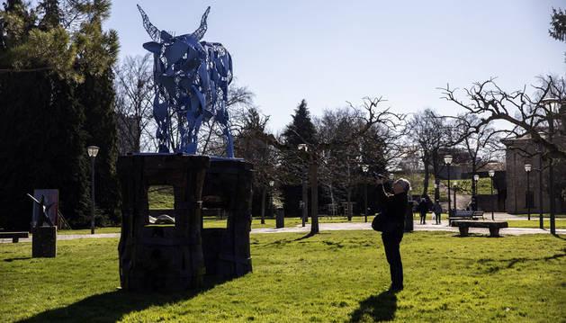 Juan Gorriti presenta en la Ciudadela una muestra con tótems y una vaca azul