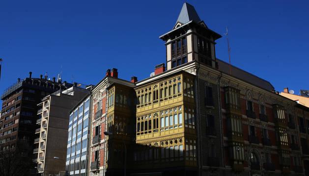 Foto de la calle Padre Moret, donde los edificios originales del I Ensanche se combinan con algunos construidos en el siglo XX.