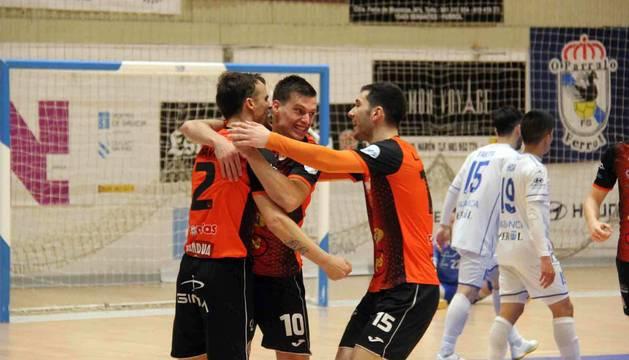 David, Andrés Santos y Trípodi celebran uno de los seis goles que anotó ayer el Aspil.