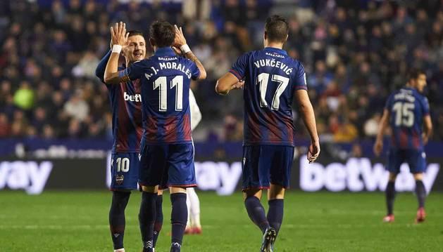 Morales, Bardhi y Vukcevic celebran el gol que daba la victoria al Levante ante el Madrid.