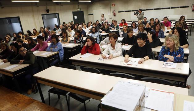 Los aspirantes ocupan sus plazas en un aula de la UPNA antes del inicio del examen.