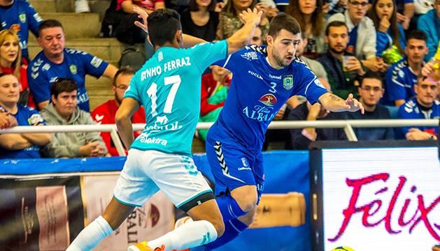 Bynho trata de frenar al jugador del Viña Albali, Catela.