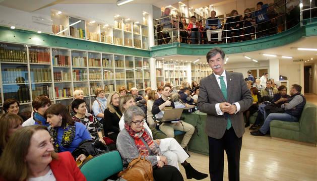 Foto de Javier Urra, estellés de 62 años, que llenó la biblioteca de Diario de Navarra.