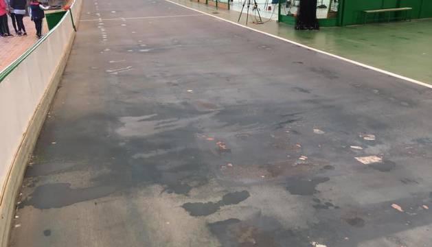 La pista de Lagunak, con el pavimento dañado y una humedad evidente por las goteras, este sábado.