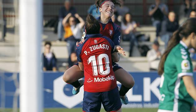Iara Lacosta celebra el primer gol junto a su autora, Patri Zugasti.