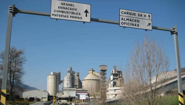 Foto de la entrada a la planta de Cementos Portland en Olazagutía.