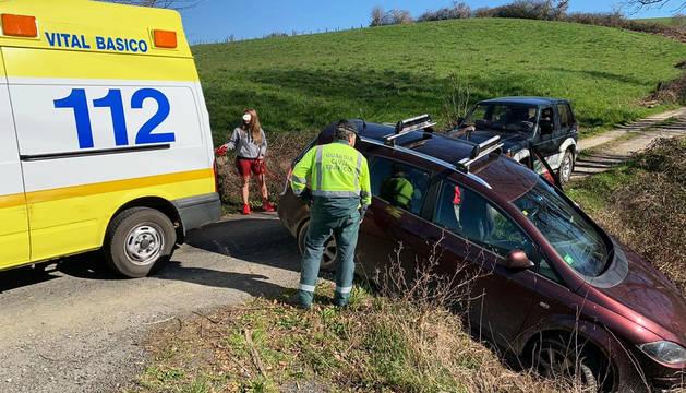 La ambulancia medicalizada atiende a la conductora de uno de los vehículos en el lugar del accidente.
