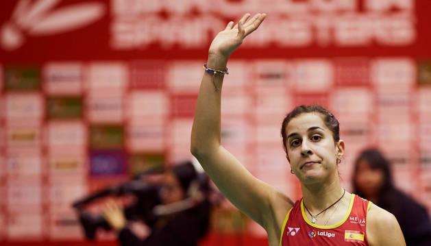 La española Carolina Marín saluda tras perder ante la tailandesa Pornpawee Chochuwong, en la final del Barcelona Spain Masters de bádminton que se disputa en Barcelona.