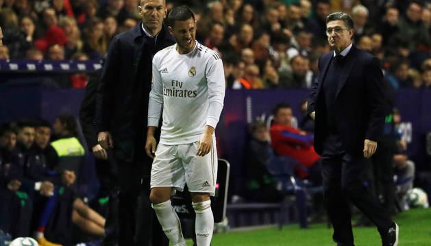 Eden Hazard pasan ante Zidane tras ser sustituido contra el Levante en el Ciutat de Valencia.