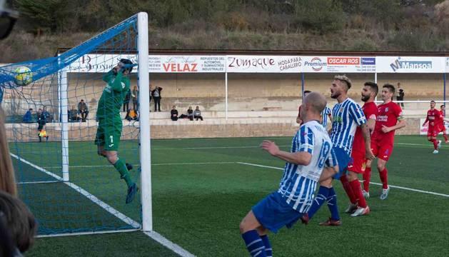 Instante en el que el izarristaToni García (19) golpea el esférico contra la red de la portería del Calahorra. Al lado, Yoel Sola, preparado para un posible rechace del meta.