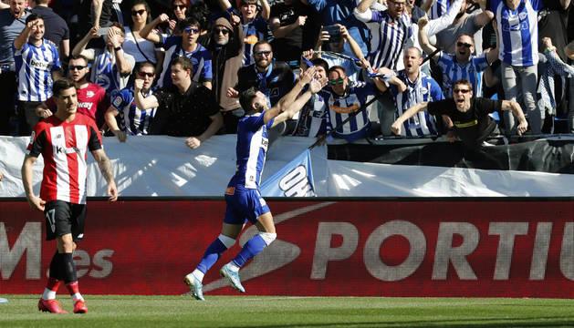 Lucas Pérez celebra el primer gol del Alavés.