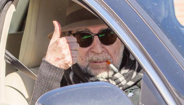 Joaquín Sabina levanta el pulgar saludando a su salida del Hospital Ruber Internacional.