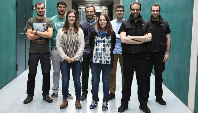 Investigadores de la UPNA junto a los técnicos de la empresa BeePlanet