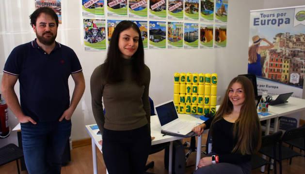 Foto de Igor Anasagasti, junto a las italianas Roberta y Mara, en la oficina de Happy Erasmus.