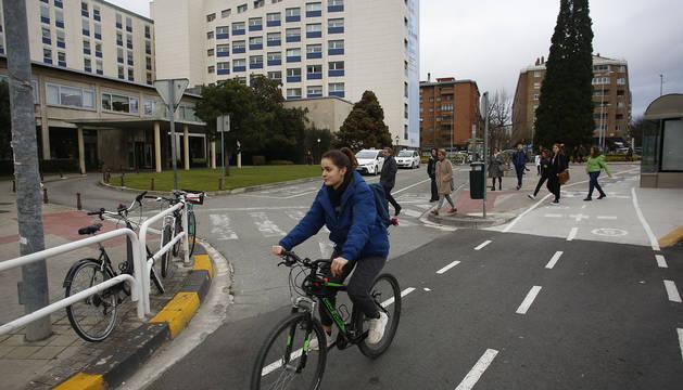 Foto del carril bici y la parada de taxi frente a la Clínica Universidad de Navarra.
