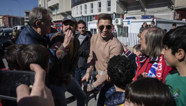 El Chimy Ávila no para de recibir el calor de los aficionados, como sucedió el domingo al salir de El Sadar tras el encuentro contra el Granada.