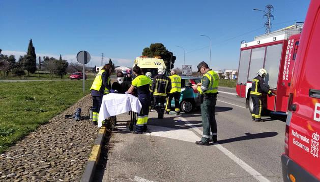 Momento en el que el herido es desatrapado del interior del vehículo y colocado sobre una camilla para ser examinado.