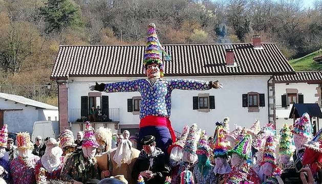 Desfile de Miel Otxin y baile homenaje a los gaiteros en el Carnaval de Lantz.