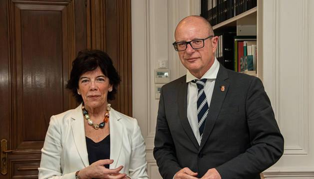 Carlos Gimeno se reúne con la ministra de Educación, Isabel Celaá, en Madrid