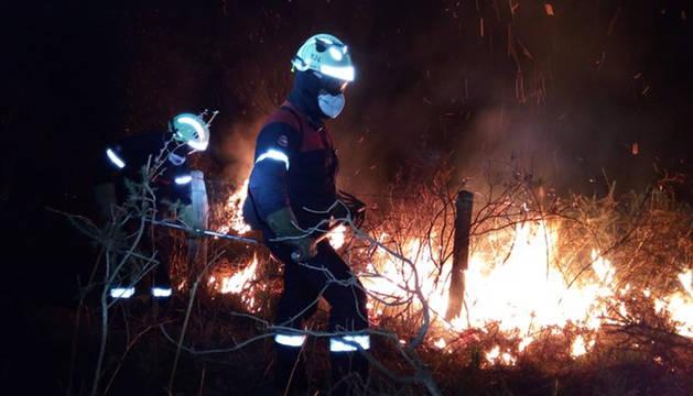 Bomberos, en el incendio del monte Bagordi.