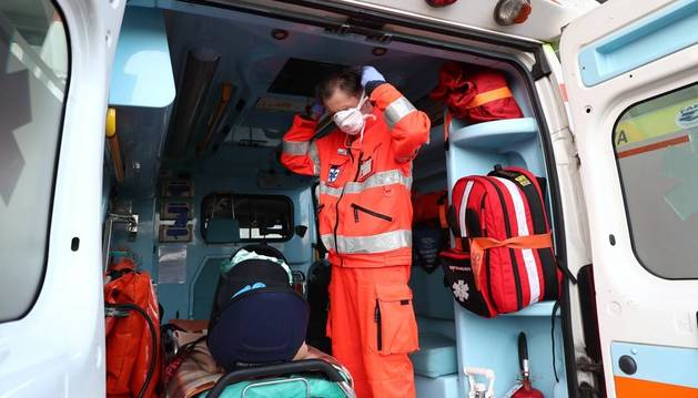 Un trabajador sanitario se coloca una mascarilla en un hospital italiano.