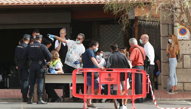 Foto de trabajadores sanitarios informando, a la entrada del hotel H10 Costa Adeje (Tenerife), ante la epidemia de coronavirus.