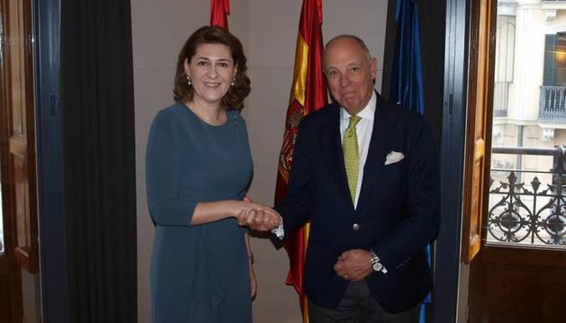 Foto de Gabriela Danca, embajadora de Rumanía en España, con Javier Taberna, presidente de Cámara Navarra.