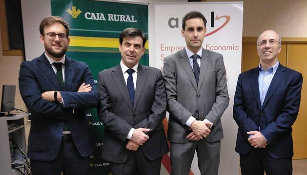 Participantes en la firma del convenio entre ANEL y Caja Rural