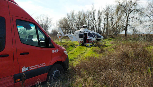 El helicóptero medicalizado, junto a los bomberos.