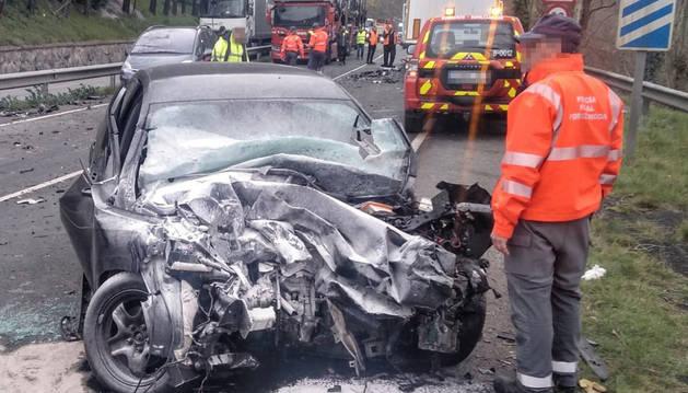 Foto del coche tras la colisión en la N-121-A en Bera.