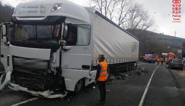 Foto del camión tras el accidente en la N-121-A en Bera.