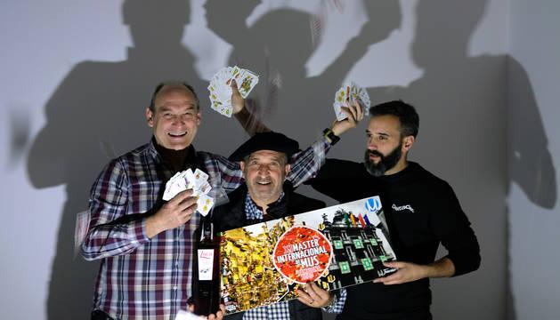 Foto de Pablo Ortiz Iribarren, Juanjo Cobos Gea y Javier Apesteguia Jiménez, de la Asociación Navarra de Mus 4 Reyes 4 Ases.