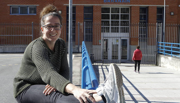 Elena Oset posa delante del polideportivo municipal de Barañáin, donde se ejercitan cientos de vecinos.