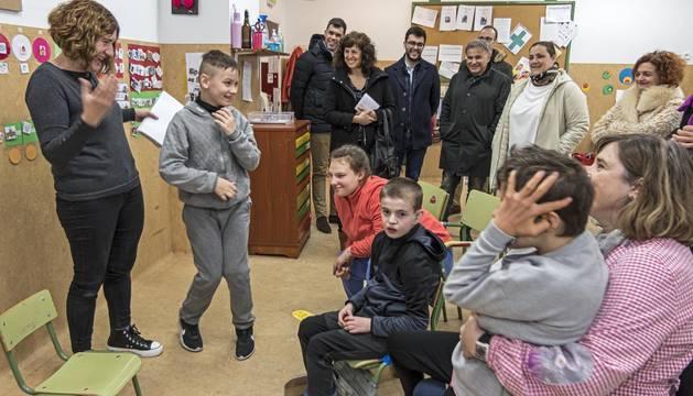 Foto de un momento de la visita de un grupo de parlamentarios a las aulas de educación especial del colegio Remontival de Estella.