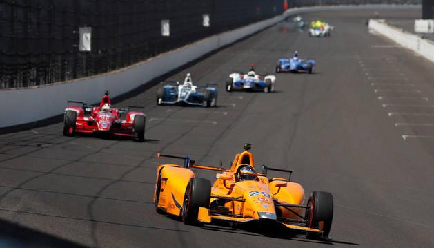 foto de Fernando Alonso disputando la anterior edición de las 500 Millas de Indianápolis con McLaren
