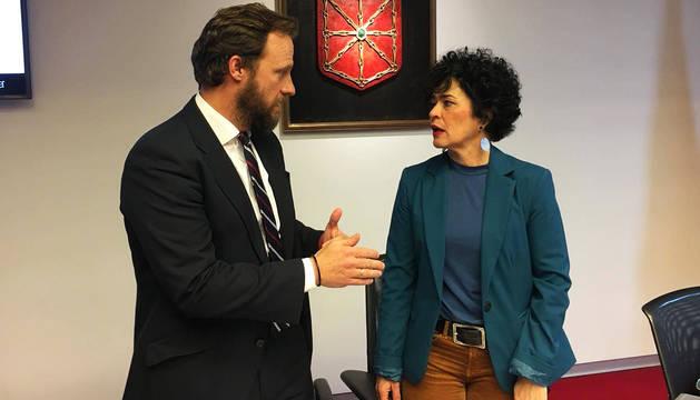 Chapu Apaolaza habla con la socialista Inma Jurío ante de su comparecencia.