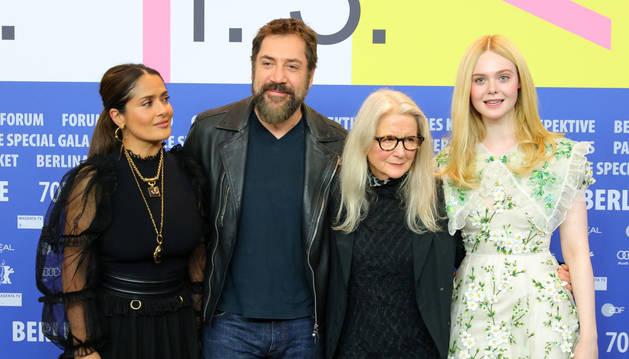 Foto de Salma Hayek, Javier Bardem, Sally Potter y Elle Fanning, en la presentación de 'The Roads Not Taken' en la Berlinale.