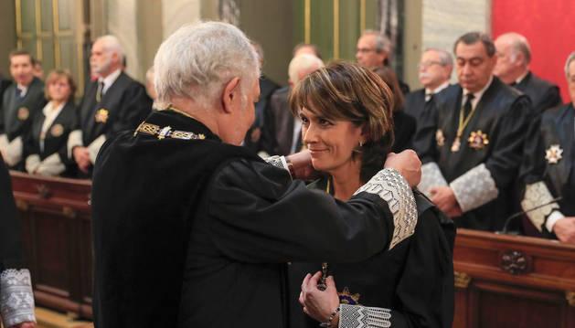 Foto de la nueva Fiscal General del Estado, Dolores Delgado junto con el magistrado Cándido Conde-Pumpido durante el acto de su toma de posesión.