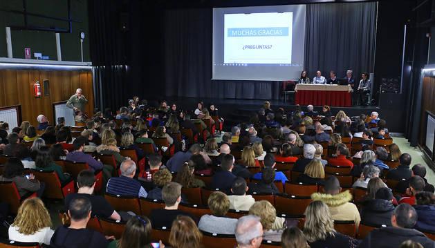 Un momento de la charla de responsables de Salud del Ejecutivo foral con padres de alumnos navarros de viaje en Italia.