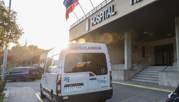 Una ambulancia, en la puerta del Reina Sofía de Tudela.