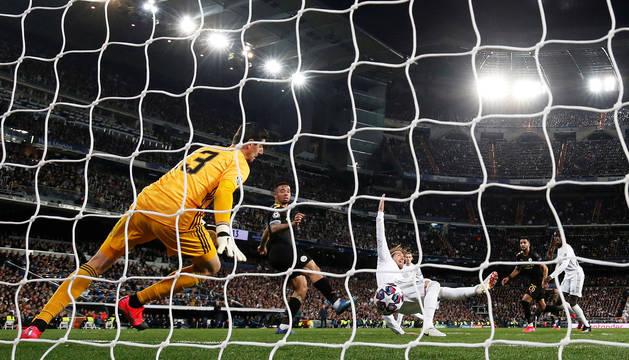 Momento en el que Gabriel Jesús remata de cabeza, con Sergio Ramos en el suelo, y pone el 1-1 en el marcador.