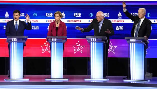 Los rivales de Sanders tratan de pararlo en el debate previo al Súper Martes