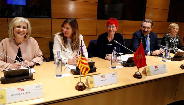 Foto de la consejera Santos Induráin, con los consejeros de Sanidad de Castilla y León, Verónica Casado, de las Islas Baleares, Patricia Gómez, de Castilla-La Mancha, Jesús Fernández, y de la Comunidad Valenciana, Ana Barceló.