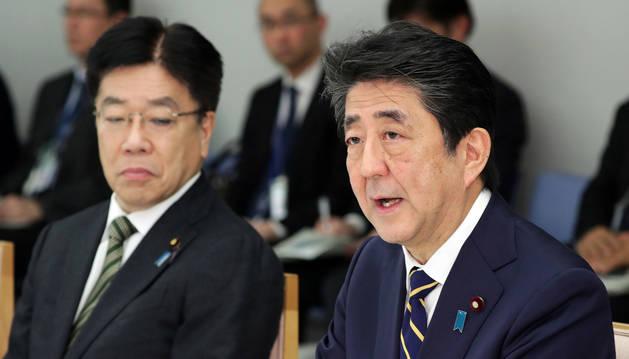 foto de El primer ministro de Japón, Shinzo Abe, (derecha) en una rueda de prensa sobre el coronavirus