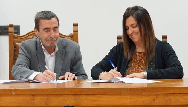 Juan Ramón Elorz y Maite López rubrican el convenio.