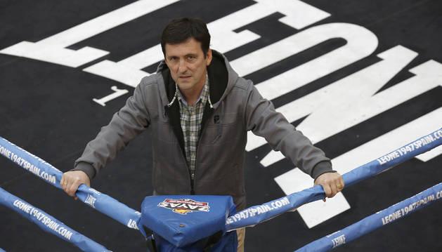 Joxe Vicente Eguzkiza es uno de los organizadores de la velada que acogerá mañana el Navarra Arena. Aquí, posa en el ring del pabellón.