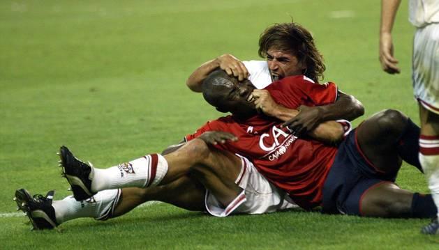 LA BATALLA CAMPAL DE 2004. La pelea entre jugadores dejó esta escena entre Pierre Webó y Javi Navarro.